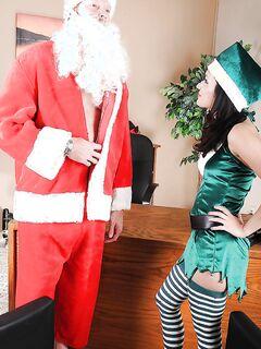Рождественский секс Санты Клауса и развратной эльфийки - секс порно фото
