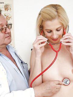 Гинеколог растягивает вагину молодой пациентки секс игрушкой - секс порно фото