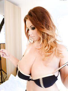 Мама с огромной грудью снимает лифчик в спальне - секс порно фото