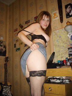 20-летняя жена раздевается дома для семейного архива - секс порно фото