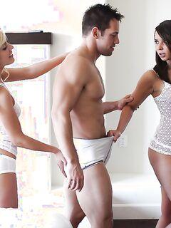 Заскучавшие подруги уговорили парня на секс втроём - секс порно фото
