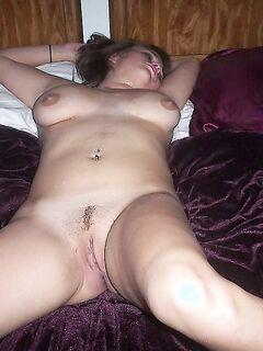 Полненькая девушка хвастается большой грудью - секс порно фото