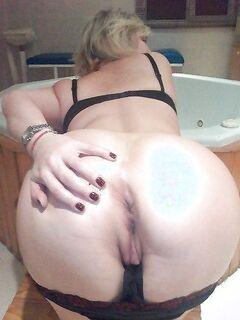 Грудастые дамочки лежат на кровати голышом - секс порно фото