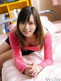 Милая японка с небритой писькой разделась на кровати - секс порно фото