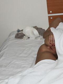 Сексуальная цыпочка мастурбирует в душе - секс порно фото
