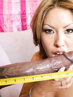 Негр с огромным членом трахает мамочку в разных позах - секс порно фото