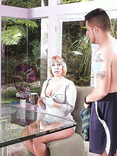 Пышная домохозяйка делает минет татуированному любовнику сидя на стуле - секс порно фото