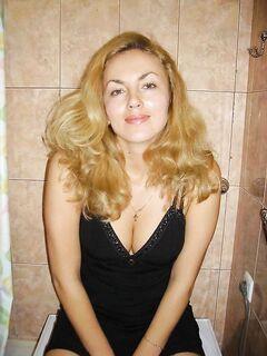 Русская мамочка с большой попкой позирует в униформе служанки - секс порно фото