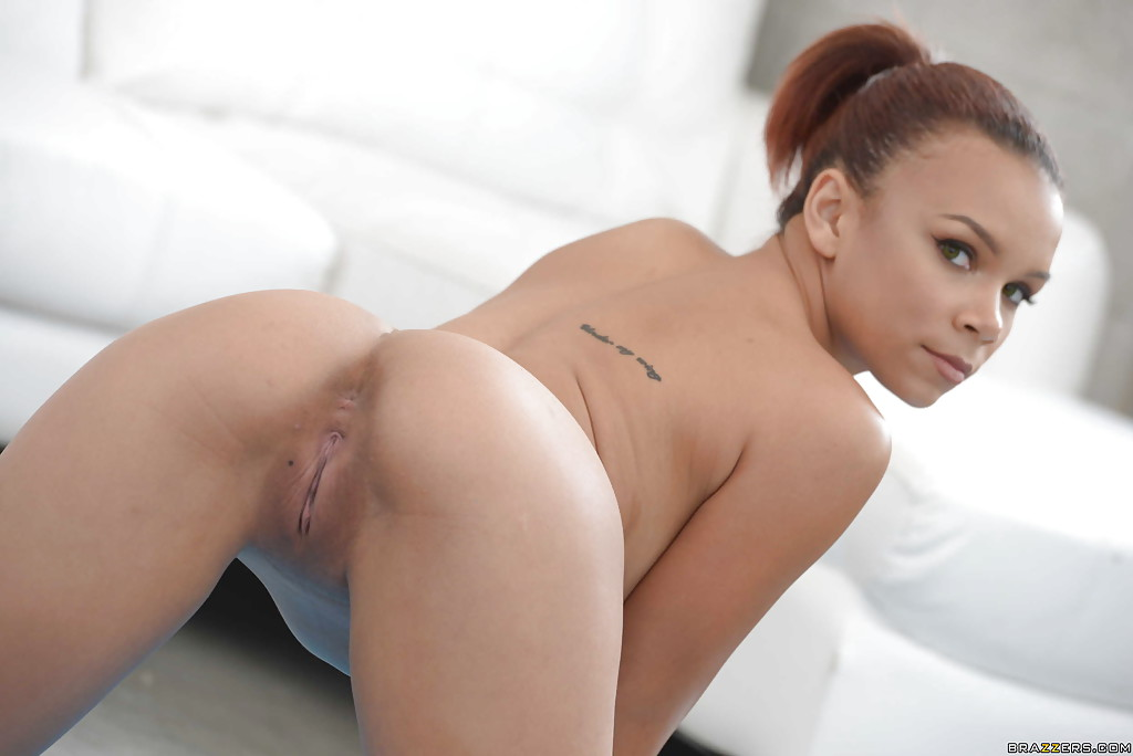 Голая мулатка занимается йогой - секс порно фото