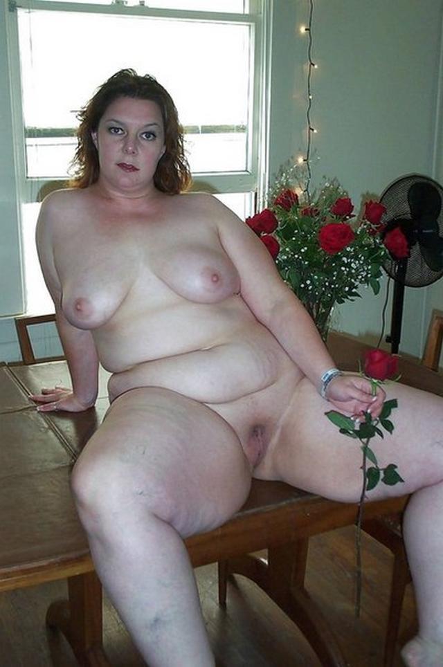 Грудастые пышечки гуляют голышом по всему дому - секс порно фото