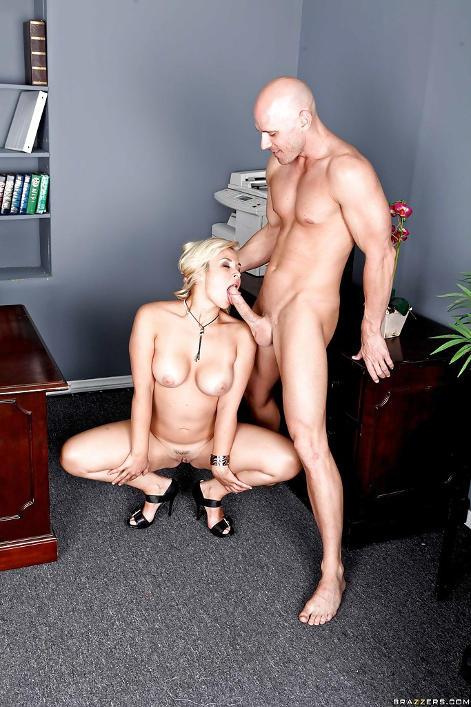 Мужик даёт на клык секретарше в офисе - секс порно фото