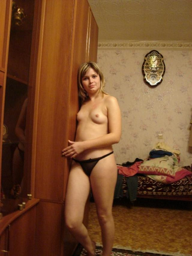 Молодая жена готовится к вечернему сексу с мужем - секс порно фото