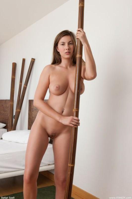 Длинноногая красотка расхаживает голышом в спальне - секс порно фото
