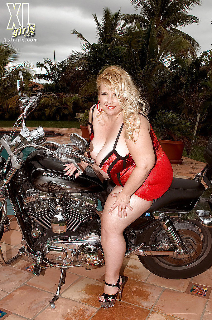 Толстушка мастурбирует возле байка у бассейна - секс порно фото
