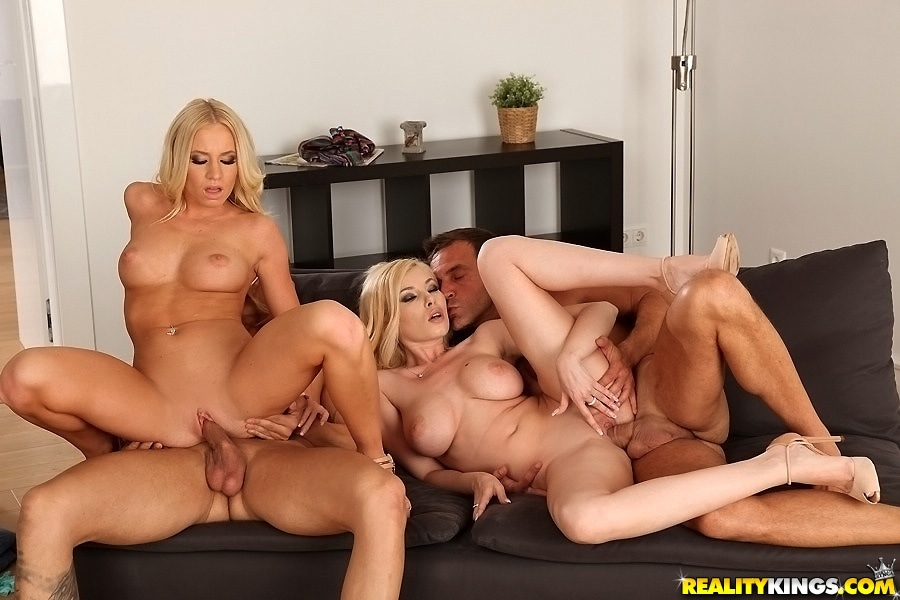 Две блондинки поменялись мужиками во время групповухи - секс порно фото
