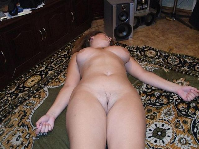 Мамочка обнажила большую задницу крупным планом - секс порно фото