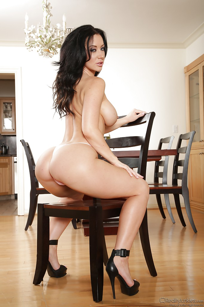 Грудастая брюнетка раздевается в гостиной догола - секс порно фото