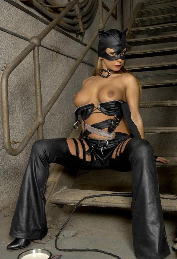 Эротический косплей девушки в костюме Женщины-кошки - секс порно фото