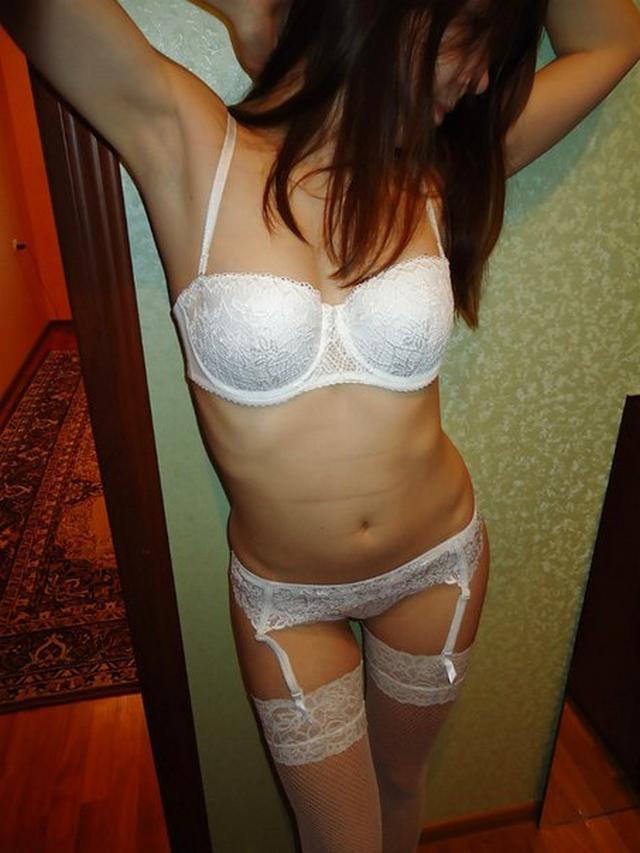 Девушка красуется перед парнем в белом кружевном белье - секс порно фото