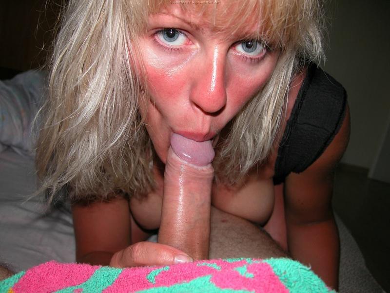 Загорелая мамаша делает минет и смотрит в камеру - секс порно фото