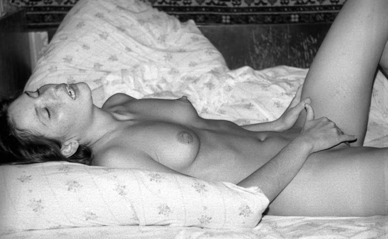 Ретро снимки мастурбирующей на кровати студентки - секс порно фото