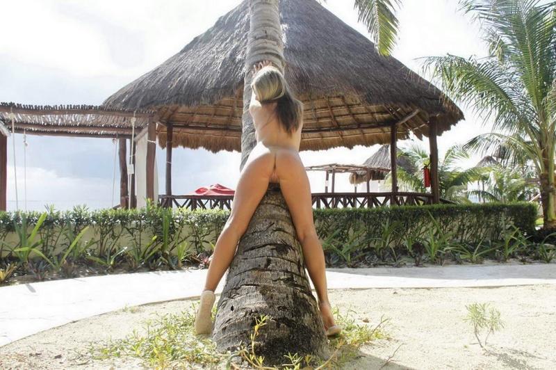 Красивая туристка гуляет голышом на лазурном берегу - секс порно фото