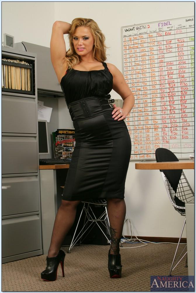 Бизнеследи устроила стриптиз в кабинете - секс порно фото
