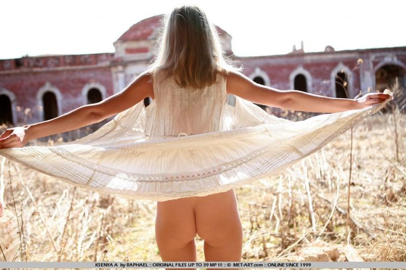 18-летняя худышка голышом гуляет по руинам - секс порно фото