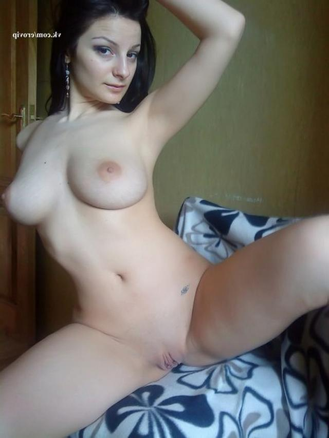 Грудастая сожительница дразнит хахаля голыми титьками - секс порно фото