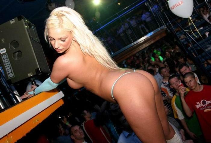 Пьяные телки показывает свои сиськи на вечеринке - секс порно фото