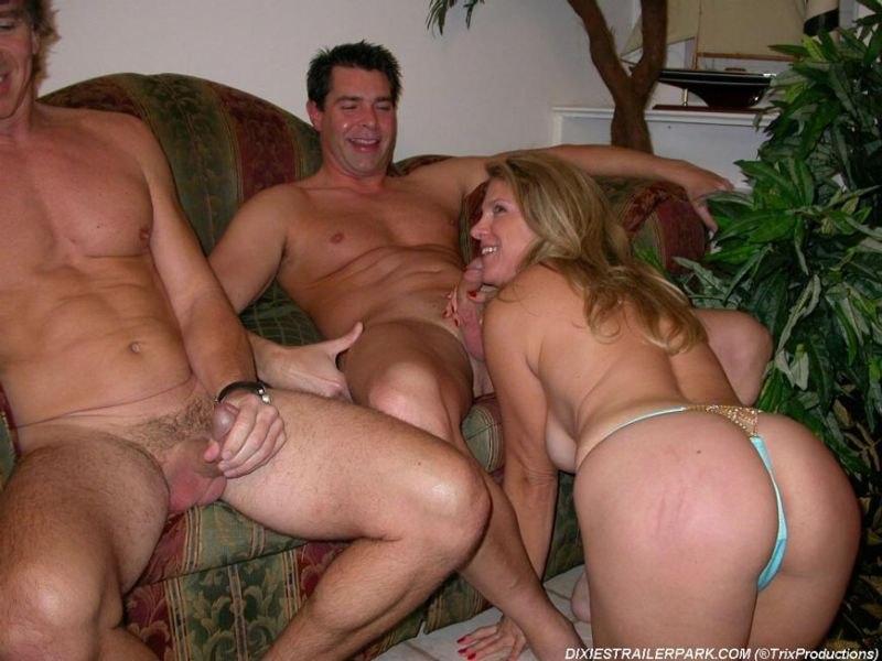 Мамочка с большими сиськами удовлетворяет троих парней - секс порно фото