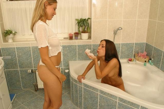 Стройные девушки в нижнем белье показывают упругие попки - секс порно фото
