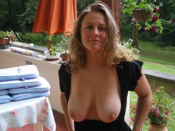 Грудастая домохозяйка разгуливает по дому в чулках - секс порно фото
