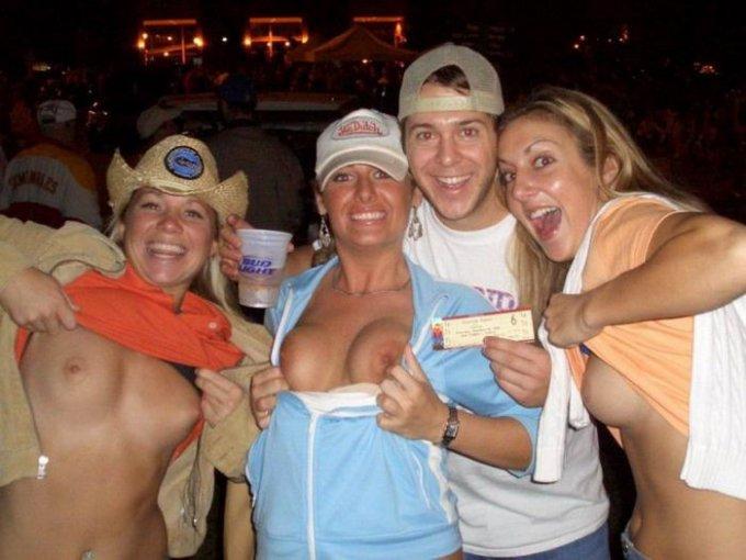 Пьяные телки показывают голые сиськи в клубе - секс порно фото