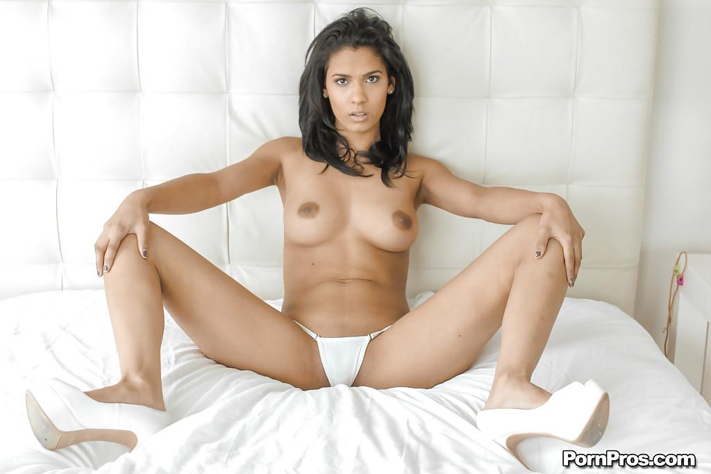 Горячая мулатка разделась догола и прилегла на кровать - секс порно фото