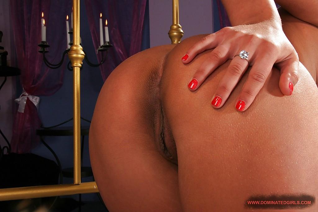 Молодая жена готовится в спальне к первой брачной ночи - секс порно фото
