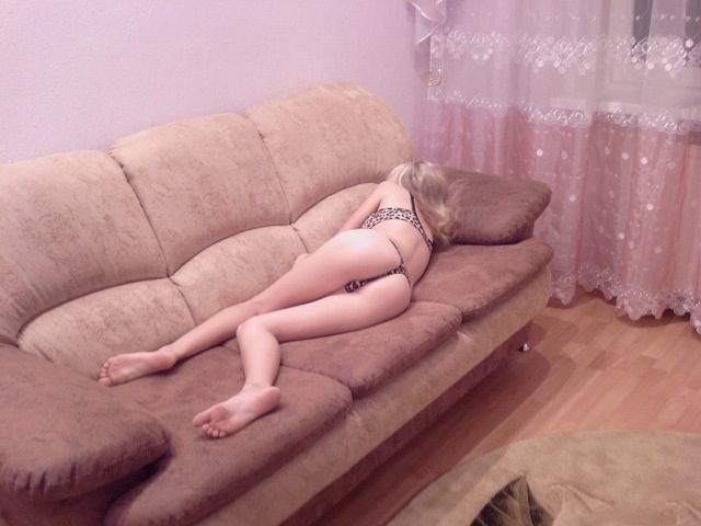 Толстозадая студентка из Москвы позирует у однокурсника дома - секс порно фото