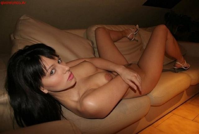 Парень фотографирует длинноногую брюнетку голышом - секс порно фото