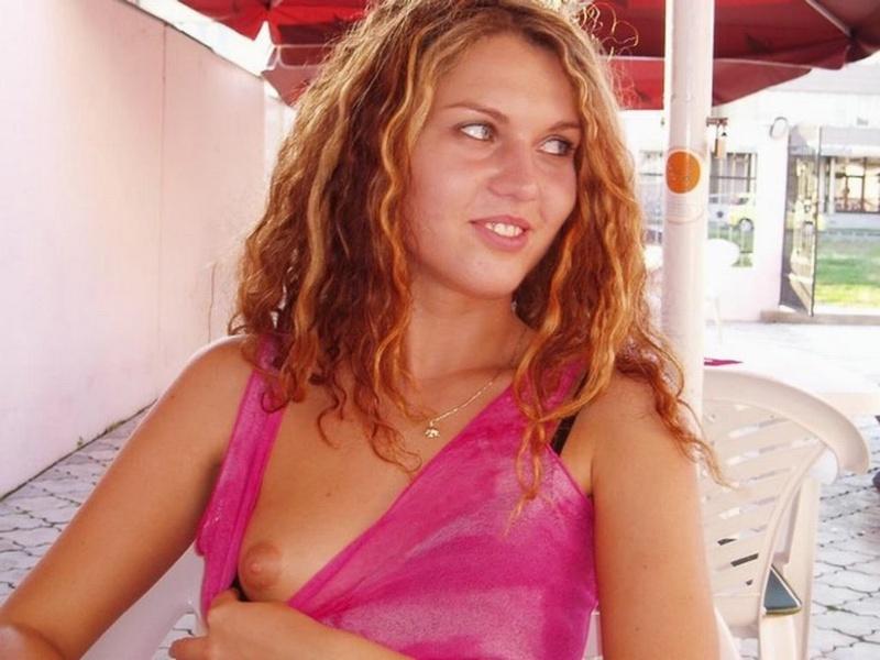 Худенькая кучеряшка светит прелестями дома и на улице - секс порно фото
