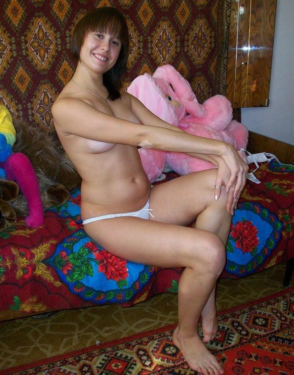 Молодая жена с упругими сиськами позирует в трусиках - секс порно фото
