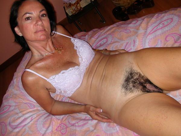 Женщина за сорок показывает свою лохматую пилотку - секс порно фото