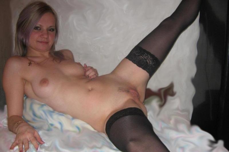 Жена раздевается догола для семейного альбома - секс порно фото