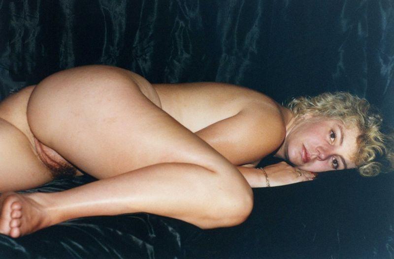 Ретро домашка фигуристой женщины с волосатой киской - секс порно фото