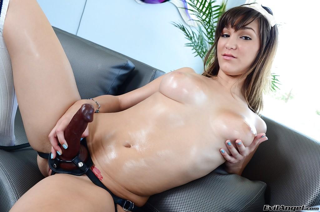 Девица с большими сиськами в масле надела страпон - секс порно фото