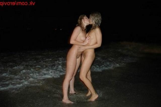 Лесбийские ласки стройных девиц на ночном пляже - секс порно фото