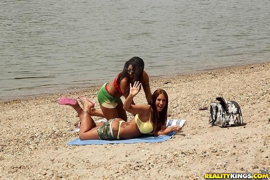 Пара лесбиянок наслаждается собой на берегу реки - секс порно фото
