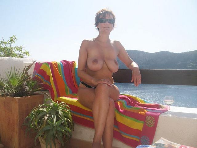 Голые цыпочки красуются на свежем воздухе - секс порно фото