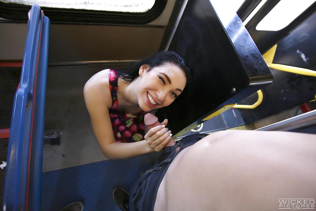 Влюблённая парочка прилюдно трахается в автобусе - секс порно фото