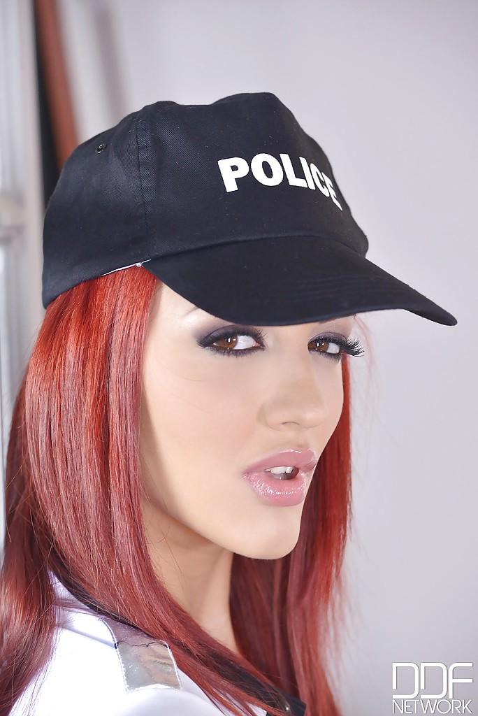 Полицейская в сексуальной униформе снимает напряжение мастурбацией - секс порно фото