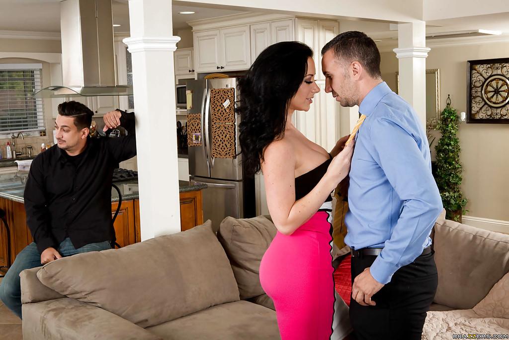 Сексуальная домохозяйка изменяет на глазах мужа - секс порно фото
